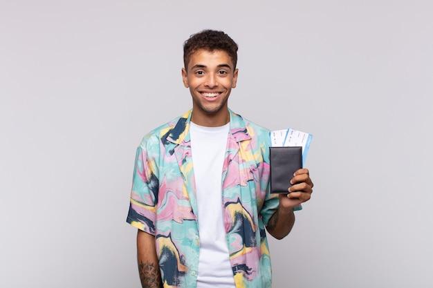 Giovane uomo sudamericano che sembra felice e piacevolmente sorpreso, eccitato da un'espressione affascinata e scioccata