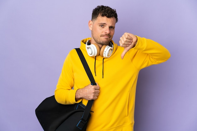 Uomo caucasico di giovane sport con la borsa isolata