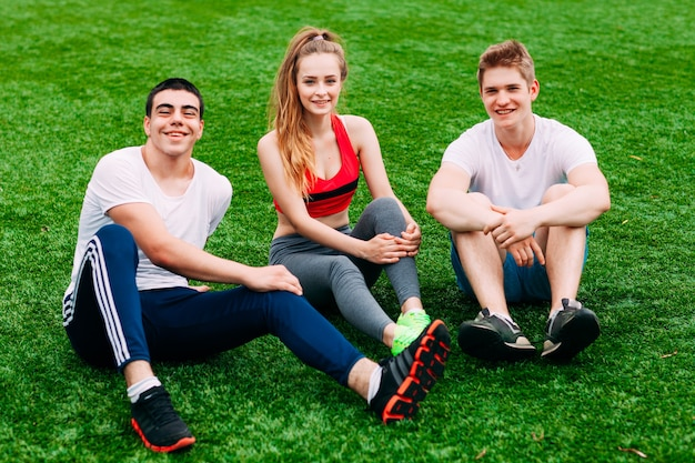 Giovani sportivi seduti sull'erba