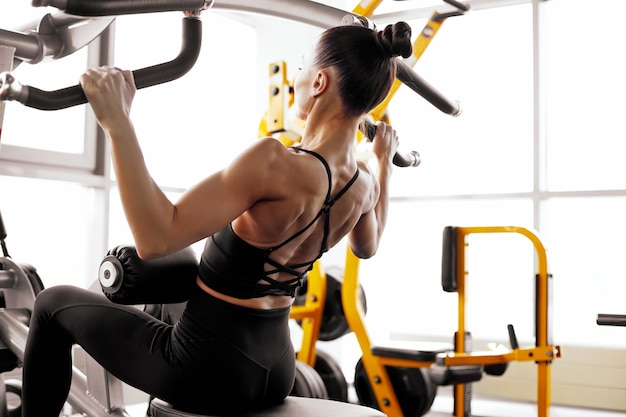 Giovane donna sportiva che fa allenamento in palestra