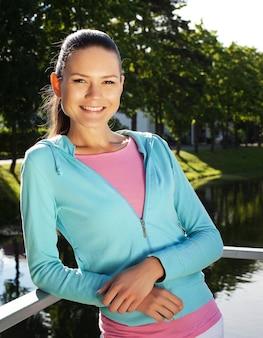 Giovane donna sportiva all'aperto
