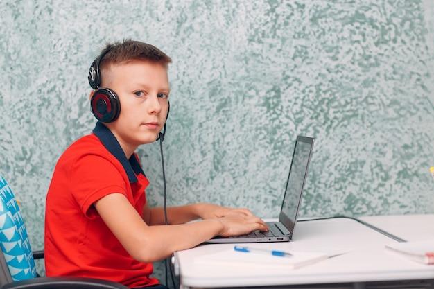 Ragazzo giovane studente con laptop che impara e prepara il ritorno a scuola. concetto di formazione online.
