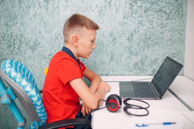 Giovane studente con laptop che impara e si prepara al ritorno a scuola