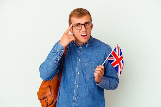 Uomo caucasico del giovane studente che studia inglese isolato su bianco che mostra un gesto di delusione con l'indice.