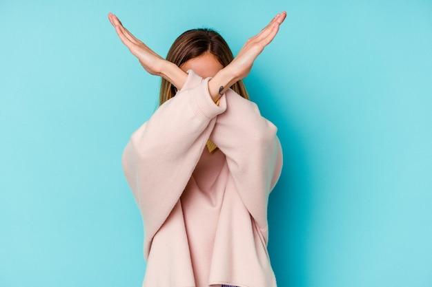 Donna caucasica del giovane studente mantenendo due braccia incrociate, concetto di rifiuto.