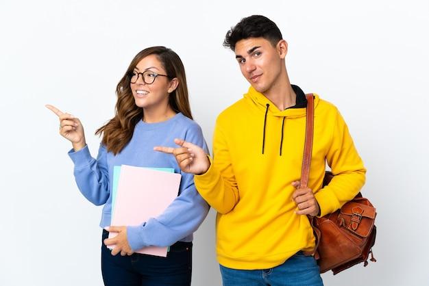 Coppia giovane studente sul dito puntato bianco al lato in posizione laterale