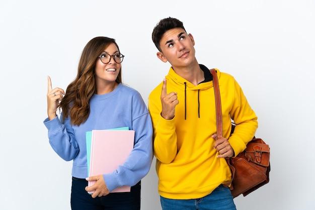 Coppia giovane studente su bianco che punta con il dito indice una grande idea