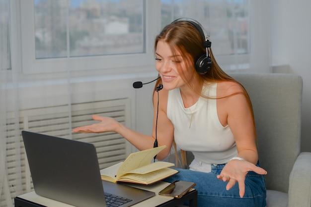 Giovane studente che fa i compiti dopo le lezioni il libero professionista lavora al computer