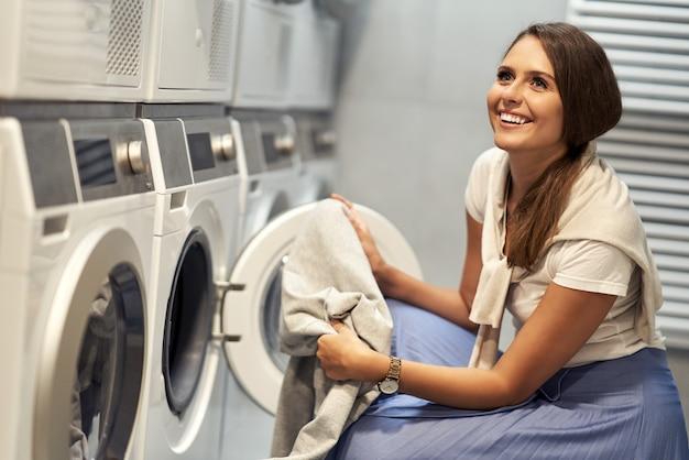 Giovane studente in lavanderia