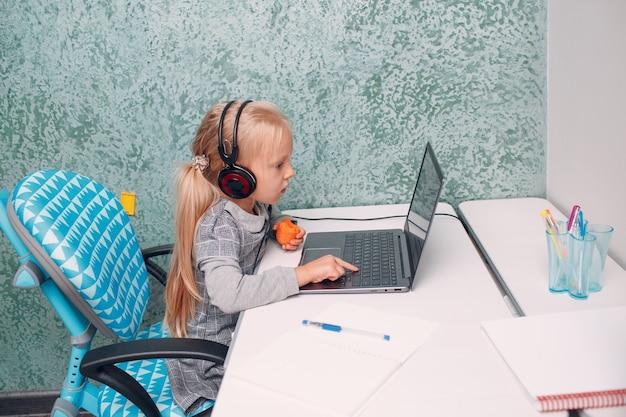 Giovane studentessa con il computer portatile che impara e si prepara al concetto di educazione online della scuola
