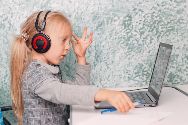 Giovane studentessa con laptop che impara e si prepara per tornare a scuola