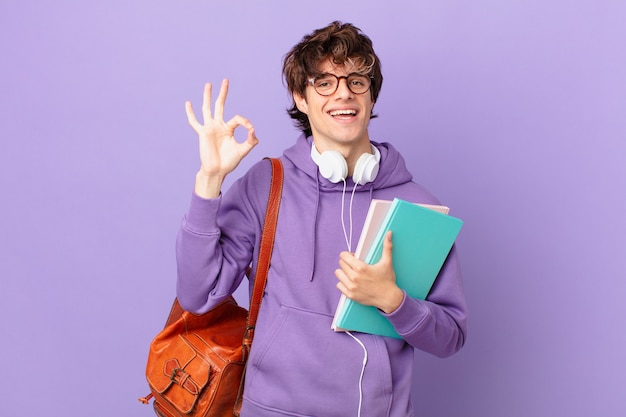 Giovane studente che si sente felice, mostra approvazione con un gesto ok