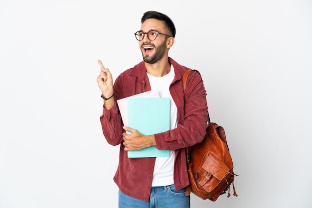 Uomo giovane studente isolato sul muro bianco che intende realizzare la soluzione alzando un dito