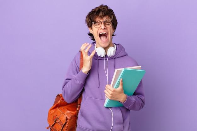 Giovane studente che sembra disperato, frustrato e stressato