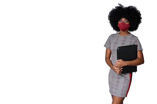 Un giovane studente che indossa la maschera per il viso del coronavirus isolata covid-19 su uno sfondo bianco