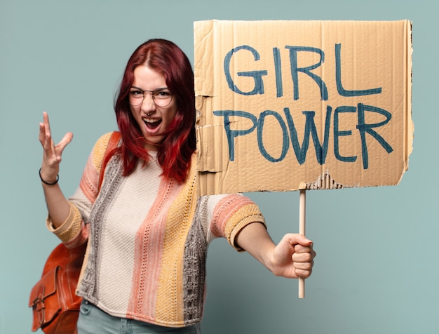 Attivista della donna giovane studente con scheda di potere della ragazza