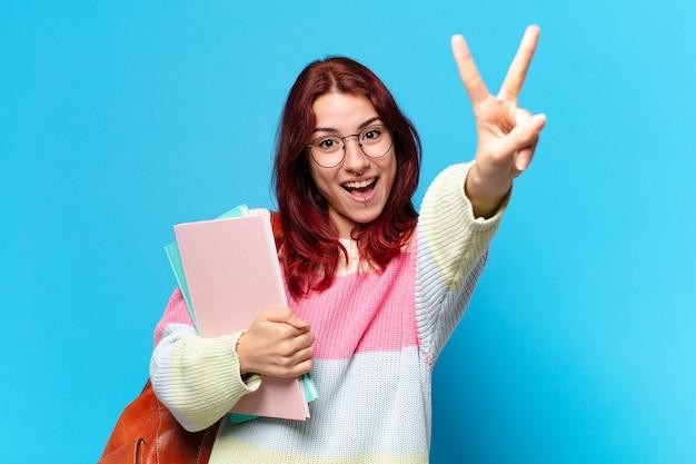 Donna giovane studente che fa segno di pace