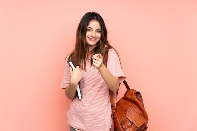 La giovane donna dello studente che va all'università sopra ha isolato il dito rosa dei punti voi