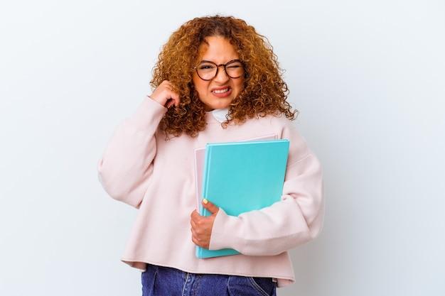 Donna giovane studente su sfondo isolato che copre le orecchie con le mani.