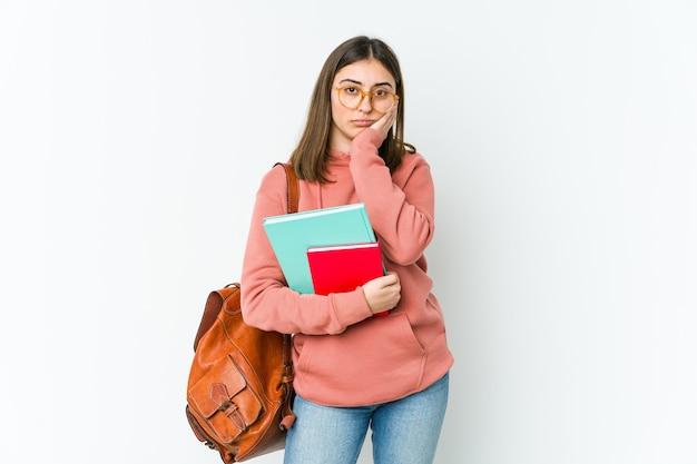 Giovane donna studentessa isolata sul muro bianco che è annoiata, affaticata e ha bisogno di una giornata di relax