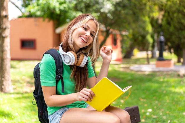 Giovane studentessa all'aperto con in mano un taccuino