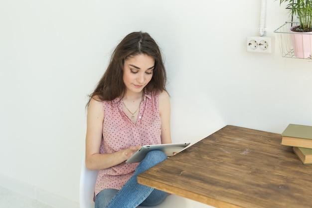 Donna giovane studente utilizzando tablet a casa