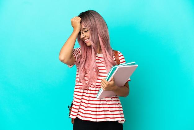 La giovane studentessa con i capelli rosa isolata su sfondo blu ha realizzato qualcosa e intendeva la soluzione