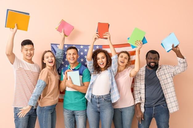 Giovani studenti della scuola di lingue sullo spazio colore
