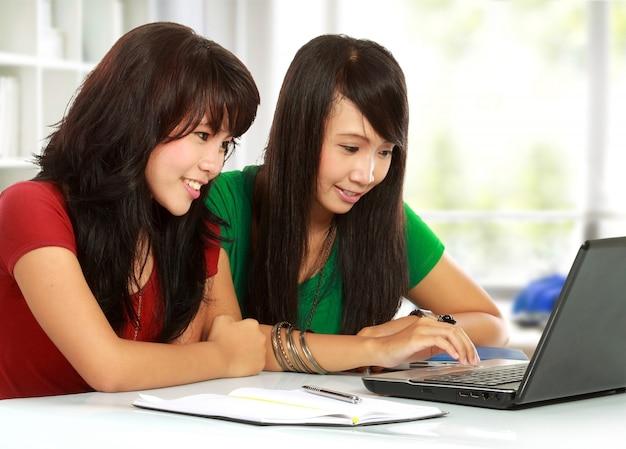 Giovani studenti che utilizzano un computer portatile