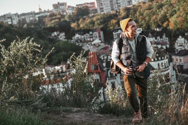 Un giovane turista blogger alla moda sta scattando foto di edifici retrò