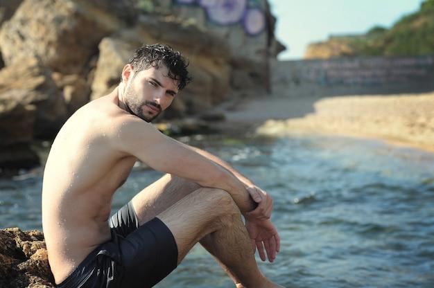 Ritratto in topless di giovane uomo alla moda