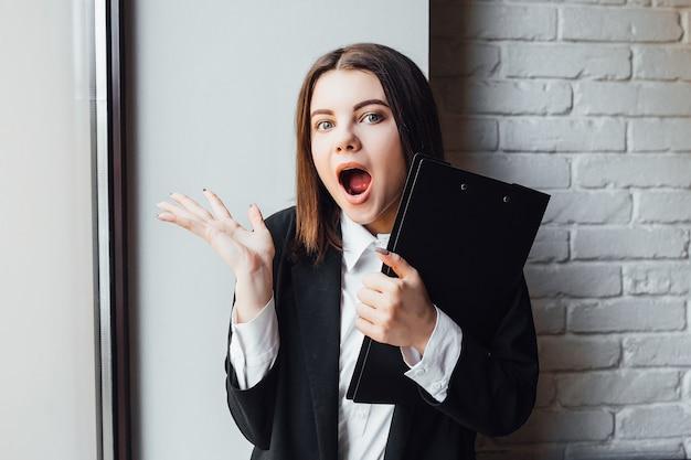 Giovane imprenditore di successo con cartella nera in mano che si prepara per l'esame!