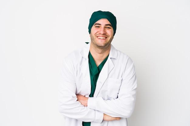 Uomo giovane chirurgo ridendo e divertendosi