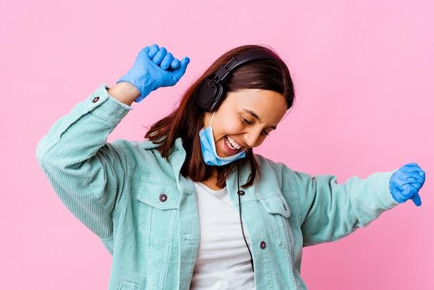 Donna giovane chirurgo che ascolta la musica con le cuffie isolate