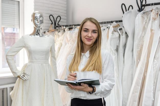 Giovane sarto con blocco note nel salone di nozze