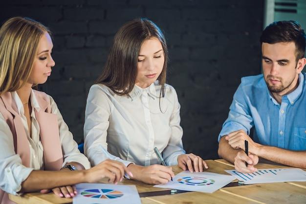 Giovane squadra di colleghi che fanno grande discussione di incontro nel moderno ufficio di coworking