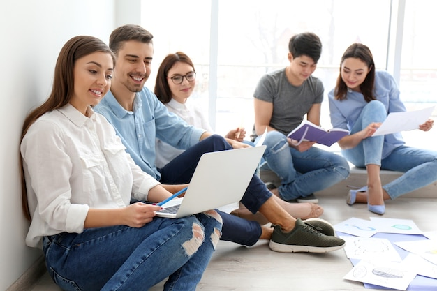 Giovane team che lavora con un piano di marketing in ufficio