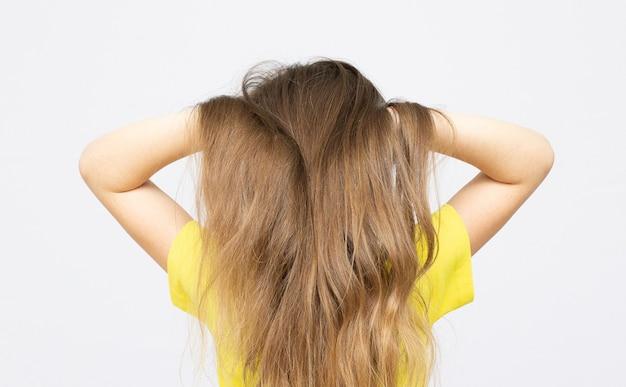 La giovane ragazza adolescente chiude la vista posteriore delle orecchie isolata su white