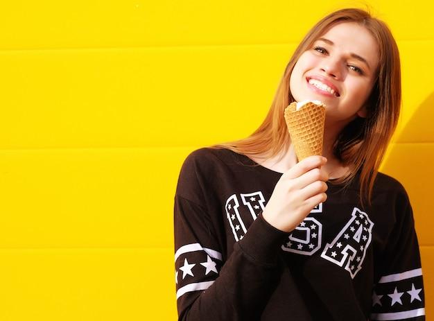 Giovane ragazza adolescente con gelato
