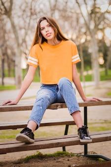 Ragazza giovane adolescente in un parco. stile di vita colorato femminile latino in spagna