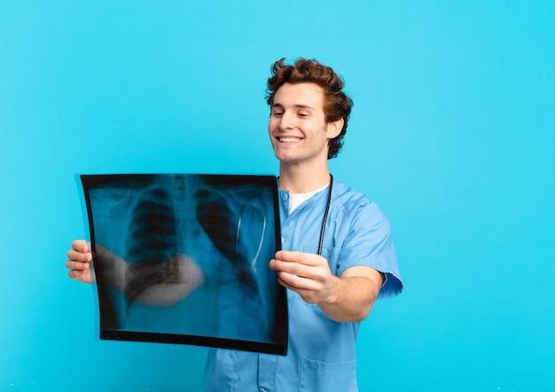 Giovane espressione felice dell'uomo dell'adolescente. concetto di infermiera