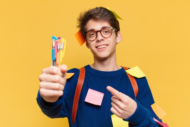 Giovane espressione felice dell'uomo dell'adolescente. concetto di studente universitario