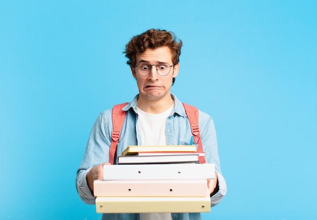 Espressione triste dell'uomo giovane adolescente. concetto di studente universitario
