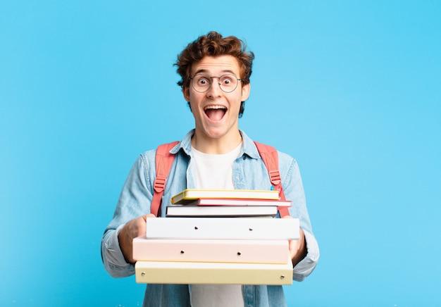 Espressione sorpresa dell'uomo del giovane adolescente. concetto di studente universitario