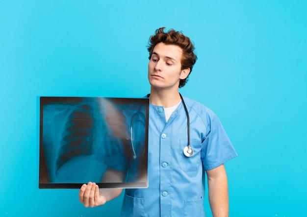 Espressione di pensiero dell'uomo del giovane adolescente. concetto di infermiera