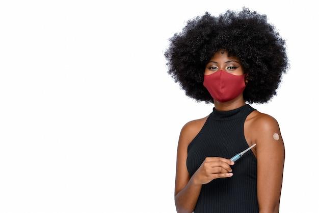 Giovane adolescente che indossa una maschera protettiva covid-19 che viene vaccinato covid-19 su sfondo bianco