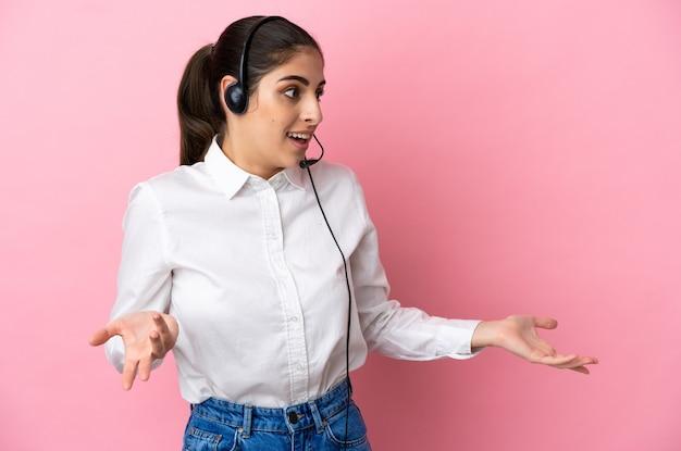 Giovane telemarketer su sfondo isolato con espressione di sorpresa mentre guarda di lato