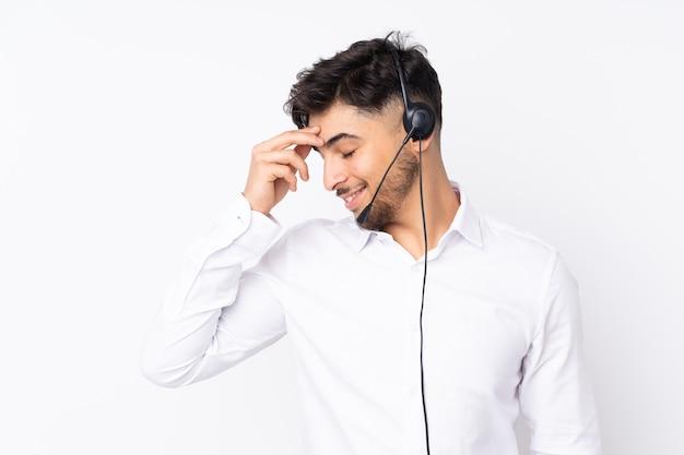 Giovane uomo telemarketer isolato