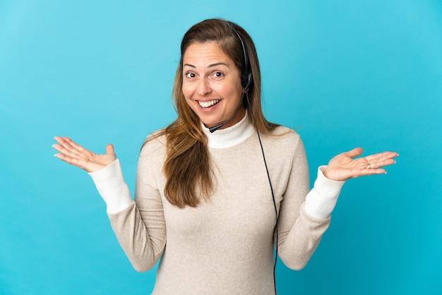 Giovane donna telemarketer più isolata con l'espressione facciale scioccata