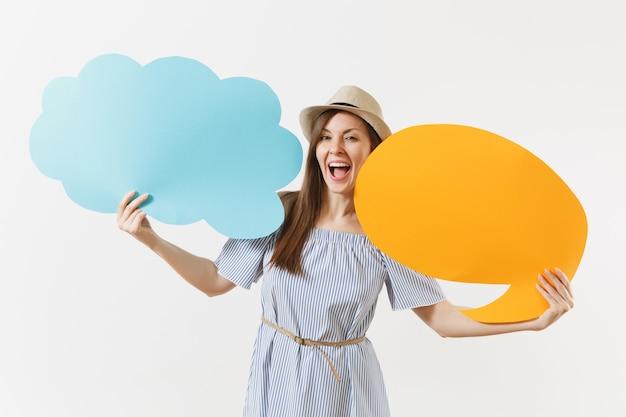 Giovane donna affascinante ed elegante tenera in abito blu, cappello con vuoto vuoto say cloud, fumetti isolati su sfondo bianco. persone sincere emozioni, concetto di stile di vita. zona pubblicità. copia spazio